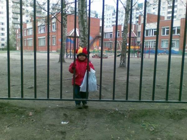 Ребенок у детского сада
