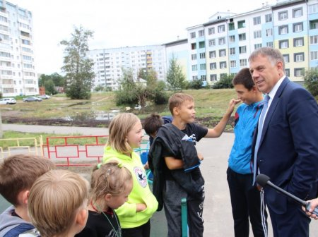 С проверкой на ангарские спортплощадки приехал мэр Сергей Петров