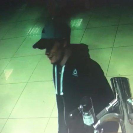 В Иркутске полиция устанавливает личность молодого человека, причастного к хищению смартфона в магазине разливных напитков
