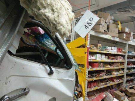 В Иркутске сотрудники полиции выясняют причины и обстоятельства инцидента с участием грузовика