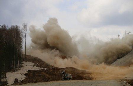 Дорожники выпрямляют дорогу «Байкал» взрывая скалы
