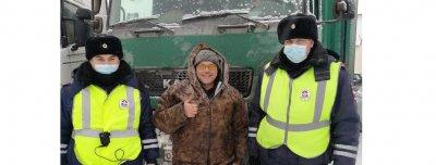 В Татарстане автоинспекторы оказали помощь дальнобойщику из Тюмени, попавшему в сложную ситуацию на дороге