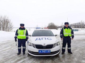В Тамбовской области автоинспекторы оказали своевременную помощь замерзающей на трассе иногородней девушке