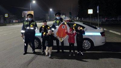 В Кабардино-Балкарии к Дню космонавтики сотрудники Госавтоинспекции и дети провели акцию «Сияй на дороге, как звезда на небе»